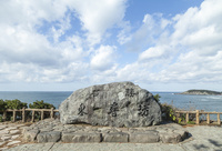 日本海を背景にした大きな石に刻まれ東尋坊の文字 10573005495| 写真素材・ストックフォト・画像・イラスト素材|アマナイメージズ