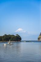 戸田港より駿河湾越しに富士山を望む 10573005577| 写真素材・ストックフォト・画像・イラスト素材|アマナイメージズ