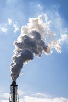 工場煙突から煙が出る風景 10573005585| 写真素材・ストックフォト・画像・イラスト素材|アマナイメージズ