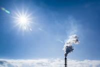 太陽と工場煙突から煙が出る風景 10573005587| 写真素材・ストックフォト・画像・イラスト素材|アマナイメージズ