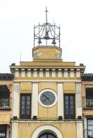 3つのベルと時計のある黄色の古い建物 10573005625| 写真素材・ストックフォト・画像・イラスト素材|アマナイメージズ