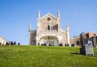 緑の土手越しにサン・ヘロニモ・エル・レアル教会を見る 10573005641  写真素材・ストックフォト・画像・イラスト素材 アマナイメージズ