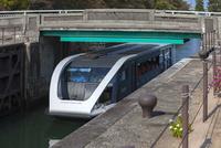 富岩運河,中島閘門をくぐるクルーズ船
