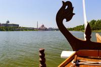 クルーズ船の舳先とプトラ湖 10583008494  写真素材・ストックフォト・画像・イラスト素材 アマナイメージズ