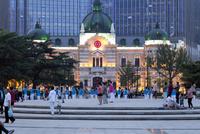 中山広場(音楽広場)の体操とダンス 10583008852| 写真素材・ストックフォト・画像・イラスト素材|アマナイメージズ
