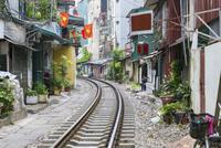 住宅地を抜けるベトナム統一鉄道の線路