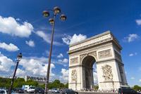 凱旋門と夏空 10583008993| 写真素材・ストックフォト・画像・イラスト素材|アマナイメージズ