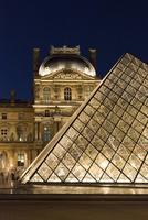 パリ、夜のルーブル美術館前