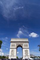 シャンゼリゼ通りから望むパリの夏空
