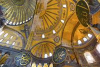 ドームのアラビア文字と聖母像