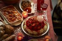 パーティのために用意された 卓上のケーキと料理