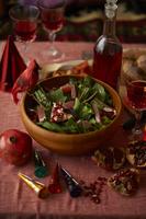 パーティのために用意された 卓上の木のボウルに入ったサラダ