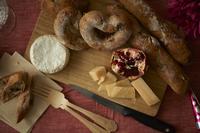 木のまな板にのった チーズとパン