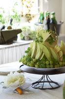 緑のフルーツで飾られたウエディングケーキ
