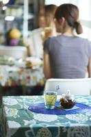 青いテーブルクロスの テーブル越しに見える食事風景