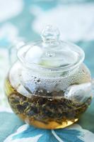 透明なポットの中で茶葉がひろがる 中国茶