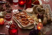 パーティのための 卓上のワイン、チーズとパン、グラタン