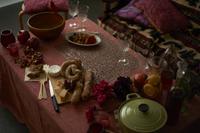 パーティの準備が進められている グラスや鍋ののったテーブル