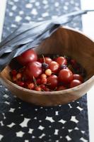 木のボウルに入った トマトやサクランボ、ダークチェリー