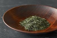 木の器に入れた日本茶葉