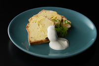 皿盛りのレモンクリームパウンドケーキ