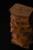 積み上げたチョコレートケーキ