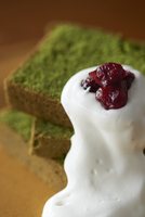 ラズベリーとホイップクリーム添えた抹茶のパウンドケーキ