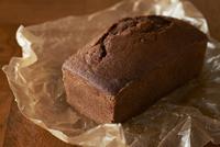 ワックスペーパーに置かれたチョコのパウンドケーキ
