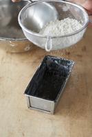 パウンドケーキ型に小麦粉を振る手