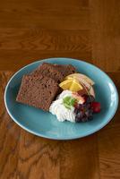 皿に盛られたチョコパウンドケーキ、フルーツ添え