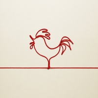 赤い紐でつくったニワトリ(酉)のイメージ