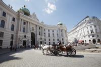 王宮 ミヒャエル広場と馬車 ウィーン オーストリア 10610003483| 写真素材・ストックフォト・画像・イラスト素材|アマナイメージズ