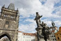 カレル橋の橋塔と聖イヴォ像 プラハ チェコ共和国