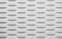 Rに波打つタイル状の白い装飾壁