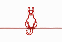 赤い紐でつくった犬(戌)のイメージ 10610003800| 写真素材・ストックフォト・画像・イラスト素材|アマナイメージズ