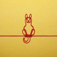 赤い紐でつくった犬(戌)のイメージ 10610003801| 写真素材・ストックフォト・画像・イラスト素材|アマナイメージズ
