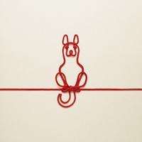 赤い紐でつくった犬(戌)のイメージ 10610003802| 写真素材・ストックフォト・画像・イラスト素材|アマナイメージズ