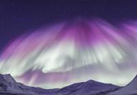 ピンクのオーロラブレイクアップ(オーロラ爆発)と山々 10615000010| 写真素材・ストックフォト・画像・イラスト素材|アマナイメージズ