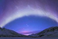 オーロラとパンスターズ彗星と山 10615000038| 写真素材・ストックフォト・画像・イラスト素材|アマナイメージズ