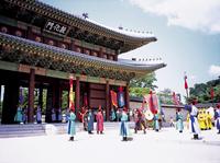 昌徳宮の敦化門 10616000514| 写真素材・ストックフォト・画像・イラスト素材|アマナイメージズ