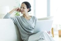 笑顔の女性 10622000045| 写真素材・ストックフォト・画像・イラスト素材|アマナイメージズ