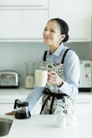 コーヒーを入れる女性