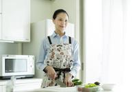 キッチンで調理をする女性