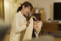 母親に髪を拭いてもらう女の子