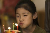 ロウソクの火を吹き消す女の子 10622000284| 写真素材・ストックフォト・画像・イラスト素材|アマナイメージズ