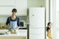 キッチンで調理をする母親と娘