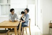 家族団らん 10622000396| 写真素材・ストックフォト・画像・イラスト素材|アマナイメージズ