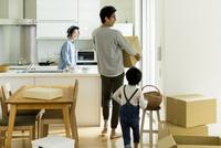 引越しをする家族 10622000410| 写真素材・ストックフォト・画像・イラスト素材|アマナイメージズ