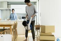 引越しの作業中に遊ぶ親子
