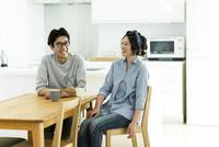 テーブルに座る夫婦